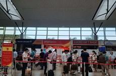 越捷安排航班将被困在岘港市的230名游客送回河内