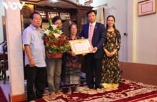 首位旅居老挝越侨获得70年党龄纪念章