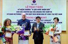 支持越南艾滋病防控工作的3名国际专家荣获卫生部的纪念章
