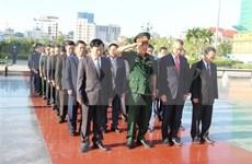 越南国庆75周年:越南驻柬埔寨大使馆代表团前往越柬友谊纪念碑敬献花圈