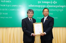 追授越南驻柬埔寨原大使吴田追授柬埔寨政府友谊勋章
