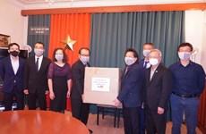 越南驻捷克大使馆向旅居捷克越南人赠送防疫口罩