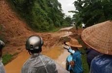 越南多地遭受雷暴雨天气袭击 造成重大财产损失