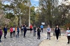 在澳大利亚的越南老留学生参加为越南贫困儿童步行筹款活动