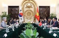 越南政府副总理兼外长范平明同韩国外长举行会谈