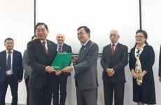 意大利—越南友好协会赠送有关胡志明主席的两本意大利语书籍