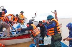 向越南中部地区受灾民众赠送救灾物资