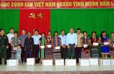 越南领导深入灾区看望慰问受灾群众并送上慰问品