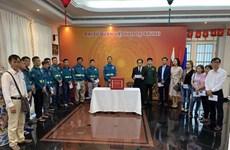旅外越南人纷纷举行爱心捐款活动 帮助中部灾民开展灾后重建工作