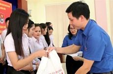 广平省向在当地学习的老挝特困留学生赠送慰问品