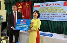波兰驻越大使馆援助越南-波兰高中学校教学设备
