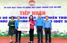 河内市越南祖国阵线委员会接收中部地区灾民的590亿越盾捐款