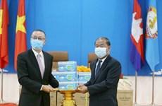越共中央对外部向柬埔寨人民党捐赠3万只防疫口罩