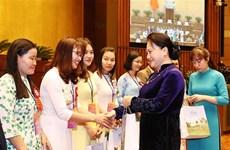 越南国会主席阮氏金银会见模范教师和教育管理干部