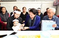 国会主席阮氏金银看望慰问中部洪灾牺牲烈士家属