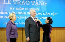 """俄罗斯驻越南大使荣获""""致力于各民族和平友谊""""纪念章"""