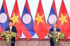 老挝政府总理圆满结束对越南的访问并出席越老政府间联合委员会第43次会议后启程回国