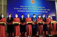 """""""越南妇女携手维护越南各地的安全""""展览会在河内举行"""