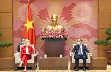 越南国会经济委员会主任武洪清会见英国国际贸易大臣伊丽莎白•特鲁斯