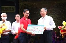 同塔省阮生色劝学基金会向贫困学生颁发3.2万多份助学金