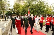 越南人民军建军76周年:越南驻柬埔寨大使代表团在越柬友谊纪念碑举行敬香仪式