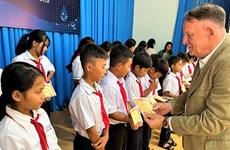 向越南得乐省少数民族学生颁发225份助学金