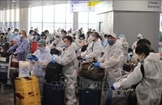 新冠肺炎疫情:将340多名越南公民从俄罗斯接回国的航班安全抵达金兰机场