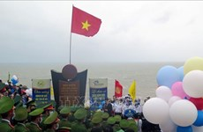 越南大陆领土最东端地区举行2021年新年升旗仪式并迎来新年首批游客