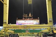 岘港港口迎接2021年新年首批货物进港
