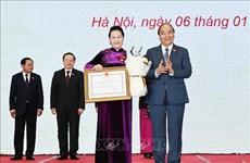 越南政府总理阮春福向国会主席阮氏金银及各位国会领导授予民族大团结勋章