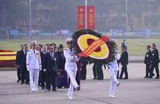 出席越共十三大的代表入陵瞻仰胡志明主席遗容