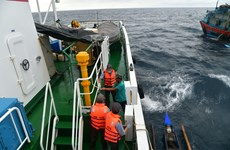 成功营救4名在海上漂泊的外籍渔民
