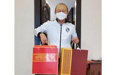 越南政府总理阮春福给朴恒绪主教练赠送春节礼物
