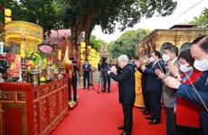 越共中央总书记、国家主席阮富仲在升龙皇城遗迹区上香和植树留念