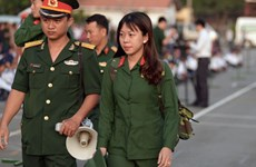 胡志明市女新兵光荣入伍 誓做军营中的铿锵玫瑰