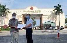 越南驻西哈努克省总领事馆接收坚江省的援助资金