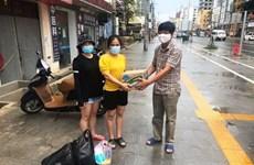 越南驻西哈努克圣殿省总领事馆向旅居疫情封锁区越南同胞提供救援物资