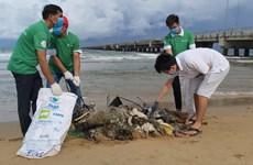 越南海警力量同居民携手展开海滩清洁活动