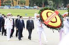 胡志明主席诞辰131周年:越南党和国家领导人入陵瞻仰胡志明主席遗容