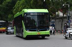 VinBus电动公交车驶上河内街道