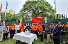 在莫桑比克越南人为新冠疫苗基金会捐赠资金