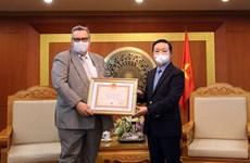 """芬兰驻越大使荣获""""致力于自然资源与环境事业纪念章"""""""