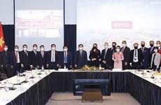 王廷惠会见坦佩雷市市长和在芬兰越南青年企业家代表