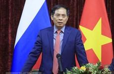 裴青山会见驻俄罗斯大使馆工作人员和在俄越南人代表