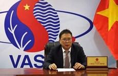 越南科学技术翰林院院长周文明荣获白俄罗斯国家科学翰林院的银牌奖章