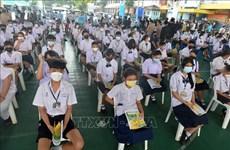 与疫情安全共处:泰国曼谷学生接种疫苗以准备重返校园