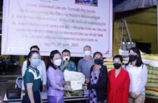 旅居老挝越南人为陷入困境的越老贫困户提供援助