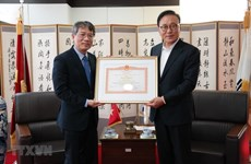 向越南驻韩国釜山-庆尚南道地区名誉总领事授予政府总理奖状