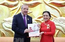 越南授予阿尔及利亚驻越大使友谊纪念章