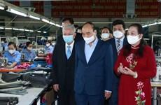国家主席阮春福造访由老年人管理的模范企业